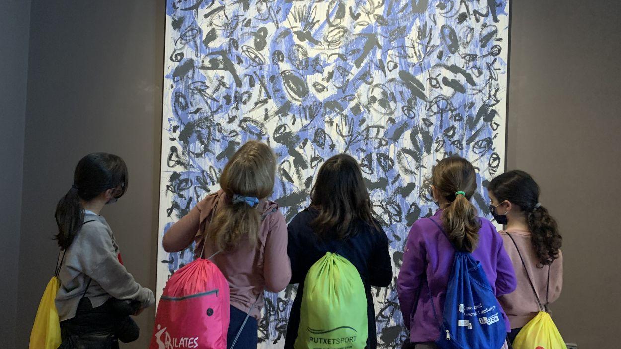 Grup de nenes de l'Escola Pins del Vallès a l'exposició de Sergi Barnils a la Casa Museu Cal Gerrer / Foto: Cugat Mèdia