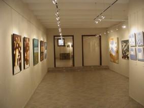 Les formes dinàmiques de l'obra de Marta Ballve i un projecte digital d'Ángel Herraiz, a la galeria Pou d'Art
