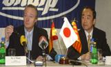 El ministre de Ciència i Tecnologia i president del Partit Popular de Catalunya, Josep Piqué, en un moment de la visita a l'empresa Sharp