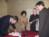 Alguns dels autors de l'estudi, signant un dels exemplars