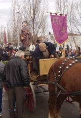El banderer i la carrossa que duia l'imatge de Sant Antoni