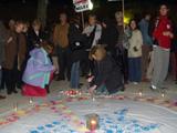 Alguns manifestants han encés espelmes per la pau, a la plaça Barcelona