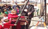 L'alcalde Recoder i uns nens en el moment de col·locar la primera pedra