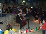 El minut de silenci i l'encesa d'espelmes ha anat acompanyada per una actuació musical