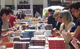 Els santcugatencs van remenar tot tipus de llibres d'entre les nombroses ofertes que hi havia a les parades
