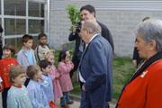Els infants han ajudat el President a plantar un arbre commemoratiu