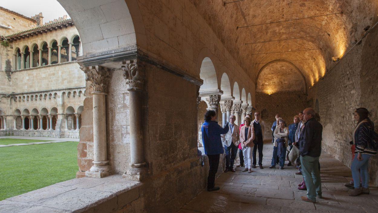 Una imatge d'una visita guiada al Claustre del Monestir abans de la pandèmia / Foto: Oficina de Turisme Sant Cugat