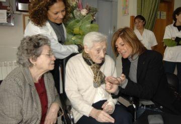 La tinenta d'alcalde de Serveis a la Ciutadania felicita Carme Pla amb motiu del centenari del seu naixement