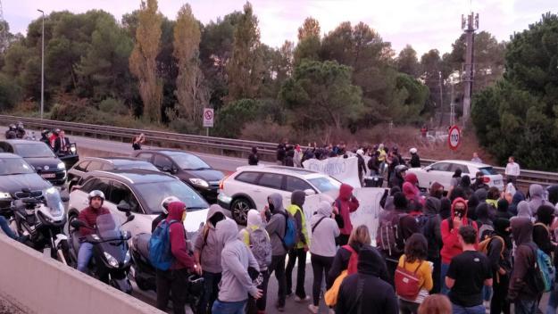 Un centenar de persones tallen l'autopista c-16 a Valldoreix / Foto: Cugat Mèdia