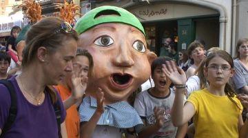 Els gegants es donen a conèixer als infants amb una cercavila festiva i tradicional