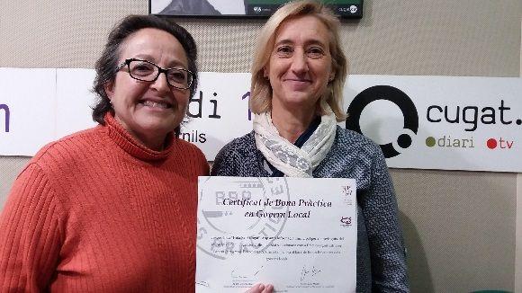 La tinenta d'alcalde Susanna Pellicer (dreta) i Carme Reverte amb el certificat