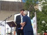 L'alcalde ha entregat una rosassa del Monestir per celebrar el 125è aniversari.