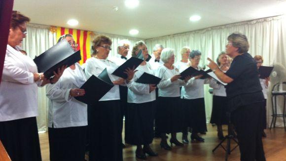 La gent gran gaudeix de la música de tres corals locals
