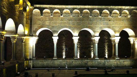 Un taller permet experimentar amb la il·luminació del claustre del Monestir