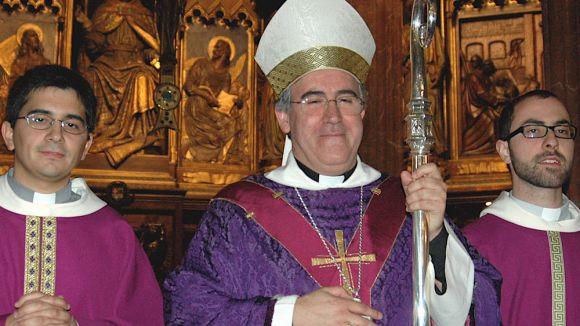 El mossèn santcugatenc Carles Cahuana, al capdavant de la missa de La 2