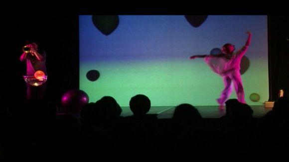 La dansa de 'Bombolles de paper' emociona els més petits