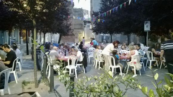 Els veïns del Centre-Estació enforteixen vincles amb l'11è sopar del barri