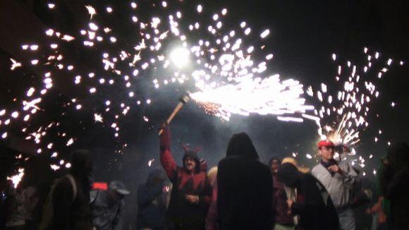 L'esclat de foc, fum i pirotècnica del Correfoc il·lumina el centre