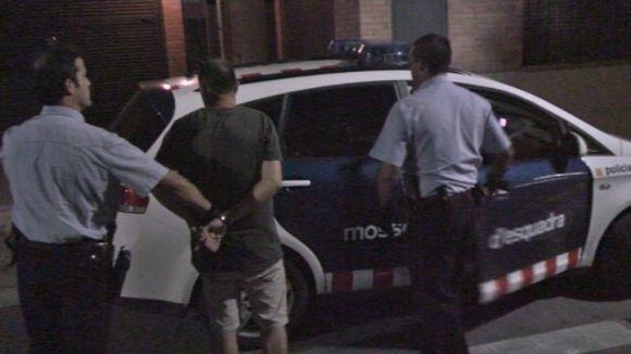Dos agents amb un dels detinguts