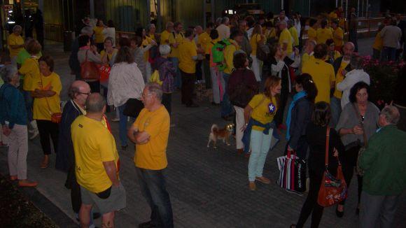 Un centenar de persones fa pinya a favor de la consulta