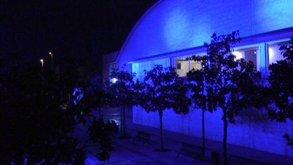 La façana lateral del Teatre-Auditori ha quedat 'tenyida' de blau durant unes hores