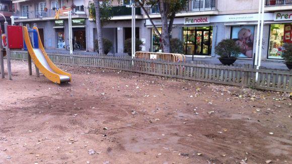 La brigada trasllada jocs d'un parc infantil de la Rambla del Celler a petició de veïns