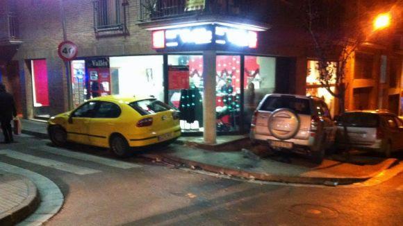 Un ferit lleu en un xoc entre dos vehicles al carrer Vallès