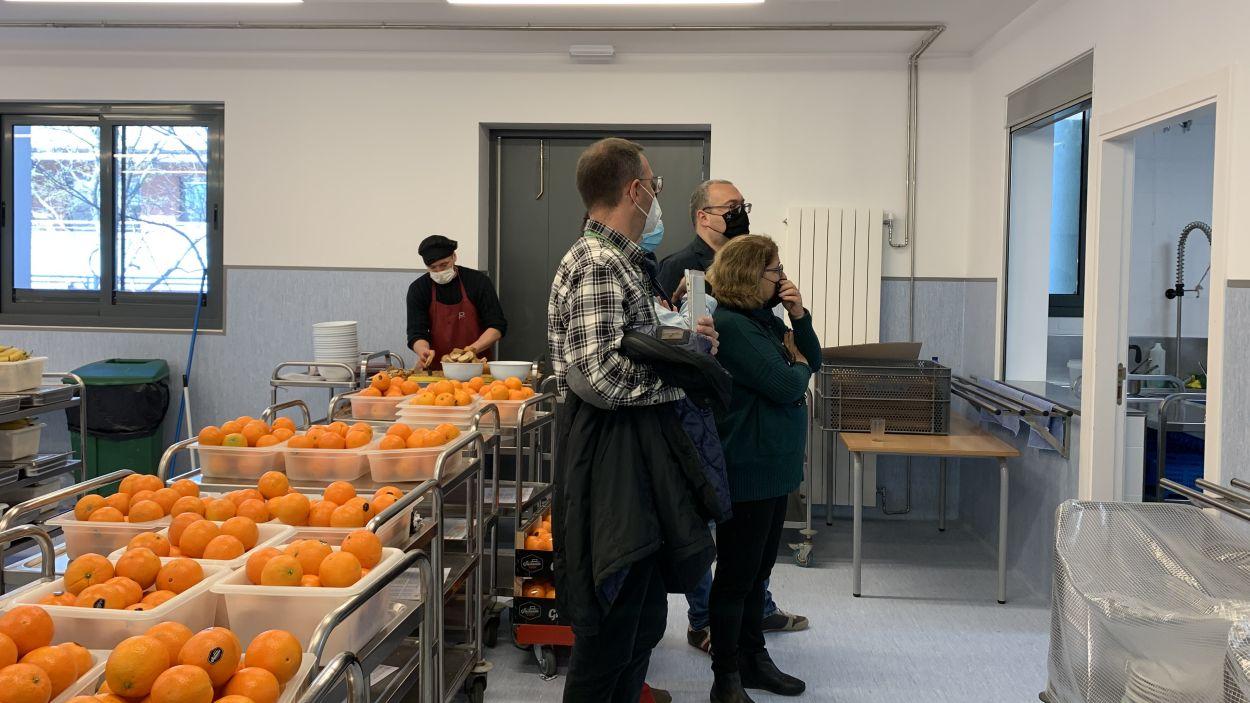La regidora Pilar Gorina junt amb l'equip docent de l'escola a la inauguració dels nous espais / Foto: Cugat Mèdia