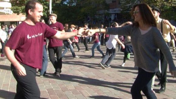 Una multitudinària ballada de swing envaeix la plaça de Can Quitèria