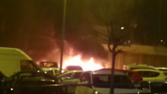 Cremen dos cotxes a l'avinguda de Cerdanyola