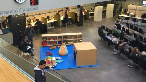 L'ajuntament ofereix un espai lúdic per amenitzar l'estona d'espera als nens