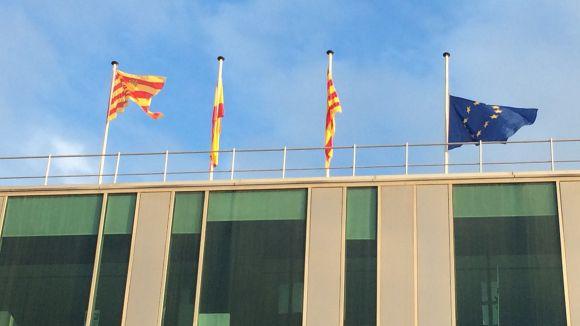 La bandera europea de l'ajuntament, a mig pal per protestar per la política comunitària sobre refugiats