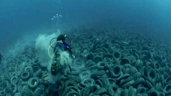 Abocador de pneumàtics al fons del mar / Foto: Xtec.cat