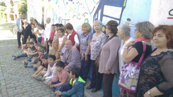 Avis i nens davant del mural