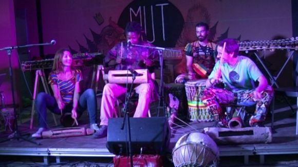 La música mandinka d'Afroalamuta reuneix una cinquantena de persones al MUT