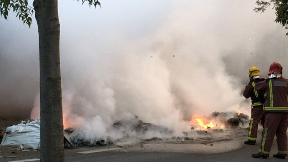 Cremen vuit contenidors en tres incendis aquesta matinada