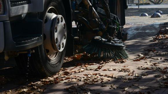 Sant Cugat posa en marxa la campanya de recollida de fulles als carrers