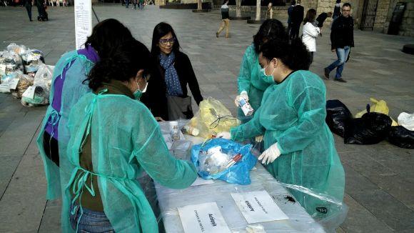 L'anàlisi del contingut d'un contenidor de rebuig determina el reciclatge com una assignatura pendent