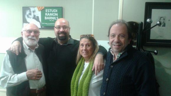 Eduard Jener amb David Bozzo i Teresa Canas, de l'espectacle 'Per Nadal, fem el Poema', i el teclista de Vinylics Joaquim Safont-Trias