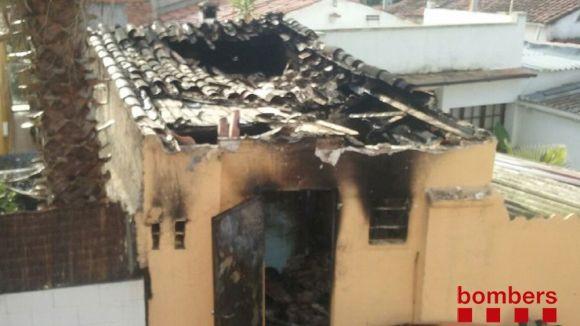 Un incendi ha cremat la nit de dissabte a diumenge la coberta d'un traster de Mira-sol