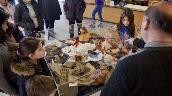 Kim Manresa i la seva filla Ada proposen un viatge arreu del planeta amb l'exposició 'Nines del món'