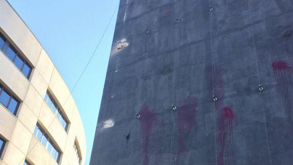 Retirada temporalment la pancarta 'llibertat presos polítics' pel vent