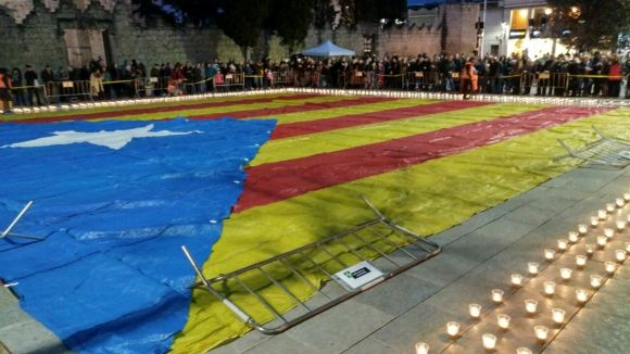 300 persones il·luminen amb espelmes una estelada gegant en suport a Mas, Ortega i Rigau