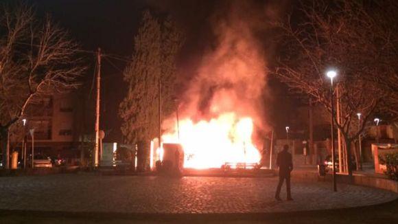 Cremen quatre contenidors la matinada d'aquest diumenge a la plaça de Sant Francesc