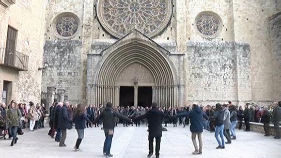 Sant Cugat acomiada el fill predilecte Joan Fàbregas amb la sardana 'La Santa Espina'