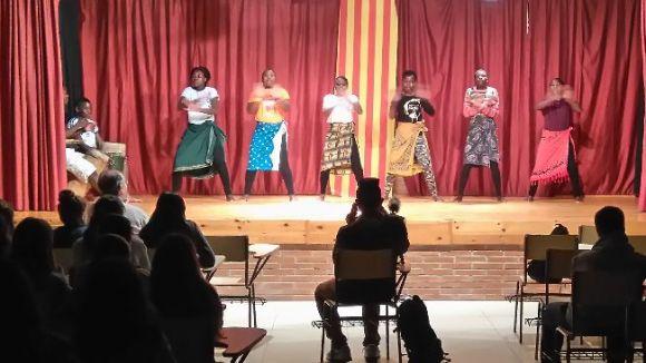 Els nens i nenes de Malawi han actuat a l'institut Arnau Cadell