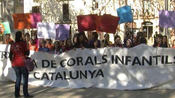 Els components de les corals ha portat cartells amb missatges a favor de la música pels carrers de Sant Cugat