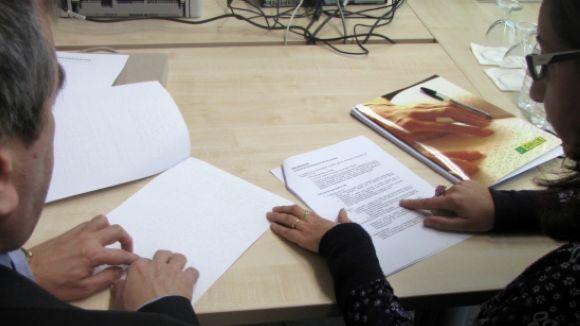 Un expert llegeix un document en braille en veu alta i l'altre comprova que correspongui a la butlleta impresa / Foto: ACN