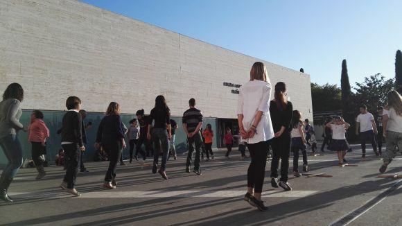 L'Esbart i el Grup Mediterrània converteixen la plaça Victòria del Àngels en un espai de dansa popular