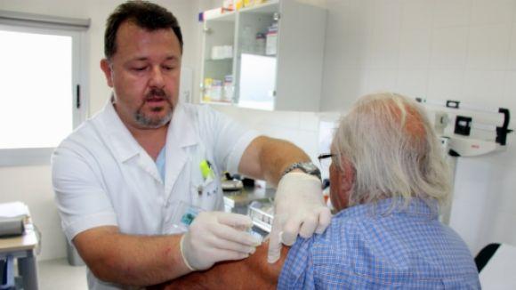 Un infermer administrant una vacuna / Foto: ACN
